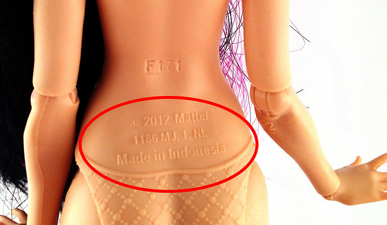 Логотип Матэл на спине оригинальной куклы Monster High